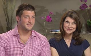 Tim Tebow (esquerda) e sua mãe, Pam (direita). (Imagem: ABC News)