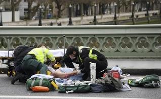 Paramédicos socorrem vítimas do ataque terrorista, na proximidades do Parlamento Britânico. (Foto: Reuters)