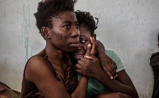 Refugiadas choram e se abraçam em Centro para Deslocados Internos, na Nigéria. (Foto: Reuters)