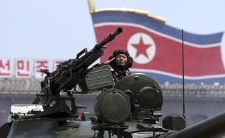 Soldado da Coreia do Norte dentro de tanque de guerra. (Foto: AP Photo/ Wong Maye-E)