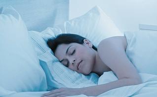 Dormir 6 horas causa o mesmo efeito que passar uma noite inteira acordado. (Foto: Omar Paixão/Saúde é Vital)