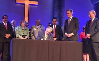 """Governador Greg Abbott assina nova """"Lei de Defesa dos Sermões"""" ao lado de pastores, no Texas. (Foto: Twitter)"""