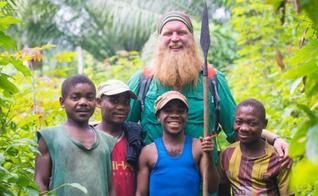 Lutador de MMA Justin Wren junto com os Pigmeus Bambuti, do Congo. (Foto: Facebook)