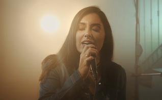 E apesar de gravar vídeos desde 2012, a youtuber atingiu destaque na rede em 2015, quando começou a interpretar canções autorais. (Foto: Divulgação).