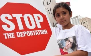 Garota expõe placa em protesto contra a deportação, nos EUA. (Foto: San Diego Union Tribune)