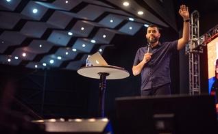 Leandro Vieira falou a milhares de pessoas na Conferência JesusCopy 2017. (Foto: Reprodução/Facebook/JesusCopy)