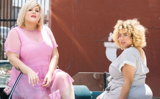 Gabi Gregg e Nicolette Mason exibem looks fashionistas para mulheres plus size. (Foto: Divulgação/Premme)