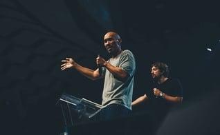 O pastor Francis Chan esteve na 9ª edição da Conferência Livres 2017, em São Paulo. (Foto: Divulgação)