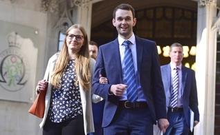 Daniel e Amy McArthur, proprietários da confeitaria Ashers, saindo do Supremo Tribunal em Londres. (Foto: Victoria Jones/AP)