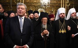 Poroshenko (à esquerda), o patriarca Bartolomeu I (centro) e o metropolitano Epifânio em Istambul (à direita). (Foto: Ozan Kose/AFP).