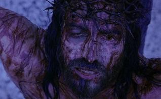 A dor e o sacrifício de Cristo na cruz. (Foto: Reprodução/Facebook)
