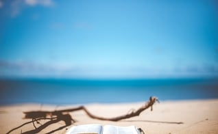 Bíblia na areia da praia. (Foto: Ben White/Unsplash)