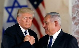 Presidente dos EUA, Donald Trump, e o primeiro-ministro israelense, Benjamin Netanyahu, apertam as mãos em Jerusalém. (Foto: Reuters/Ronen Zvulun)