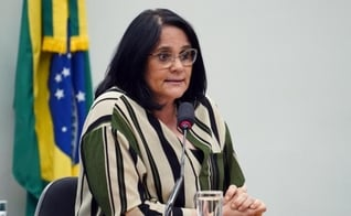 Ministra Damares Alves durante audiência da comissão de defesa dos direitos da mulher. (Foto: Pablo Valadares/Câmara dos Deputados)