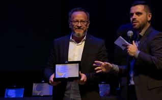 Marcos Corrêa, diretor do Guiame, segura placa em homenagem à atuação do portal. (Foto: Guiame/Marcos Paulo Corrêa)