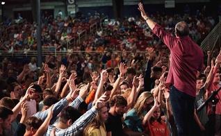 Evangelista Rick Gage lidera uma oração na Cruzada da Área Go Tell Lakeway, no Centro de Exposições de Smoky Mountains, Tennessee. (Foto: Reprodução/Brooks Gray)