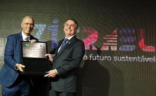 Jair Bolsonaro recebe placa em homenagem aos 71 anos da criação do Estado de Israel das mãos do embaixador Yossi Shelley. (Foto: Reprodução/Twitter)