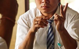 Aluno conversa em linguagem de sinais em uma escola para surdos na Tailândia. (Foto: Reprodução/IMB)