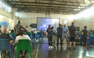"""Presos participam do """"Hope Event"""", realizado na Rikers Island, em Nova York. (Foto: Reprodução/Bolsa de Prisão)"""