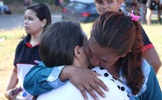 Familiares esperam por notícias na porta do Centro de Recuperação Regional de Altamira, no Pará. (Foto: Época/Vitor Danilo)