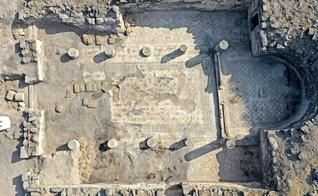 Vista aérea das ruínas que mostram o piso da igreja provavelmente do século VI. (Foto: Reprodução/Arleta Kowalewska)