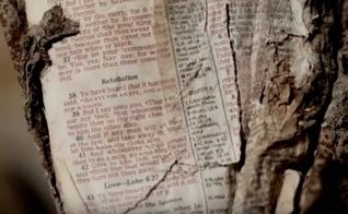 Fragmento da Bíblia em um pedaço de aço fundido dos escombros do 11 de Setembro. (Foto: Reprodução/FaithIt)