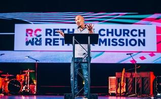 "Francis Chan fala no evento ""Rethink Church / Rethink Mission"" na McLean Bible Church em Viena, Virgínia. (Foto: Reprodução/Josh Street)"