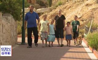 Famílias israelenses em assentamento da Cisjordânia. (Foto: Reprodução/CBN News)