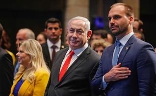 O primeiro-ministro de Israel, Benjamin Netanyahu, e o deputado federal Eduardo Bolsonaro durante cerimônia de abertura de escritório da Apex, em Jerusalém. (Foto: Gil Cohen/AFP)