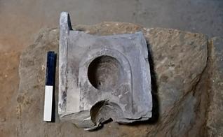 A parte superior da mesa de medição que ficava no local de comércio em Jerusalém. (Foto: Ari Levi/Autoridade de Antiguidades de Israel)