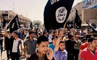 Apoiadores do grupo terrorista Estado Islâmico. (Foto: Reprodução/CBN News)