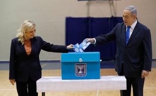 Benjamin Netanyahu, e sua esposa, Sara, votaram nas eleições legislativas de Israel nesta segunda-feira (2). (Foto: Atef Safadi/AP)
