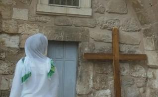 Mulher egípcia em frente à igreja cristã. (Foto: Reprodução/Ariel Cohen)