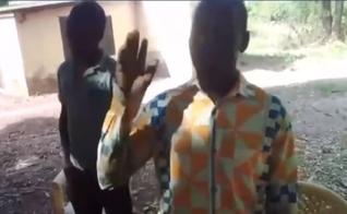 O momento de oração ocorreu entre algumas famílias da aldeia Konkomba de Koni, em Gana. (Imagem: Facebook / Reprodução)