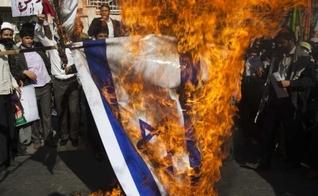 Bandeira de Israel sendo queimada por ativistas anti-Israel no Irã. (Foto: Reprodução/Twitter)