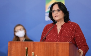 Ministra Damares no lançamento da campanha de enfrentamento à violência doméstica. (Foto: Marcos Corrêa/PR)