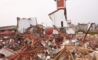 O prédio da igreja após ser demolido. (Foto: Reprodução / James Kabengwa)