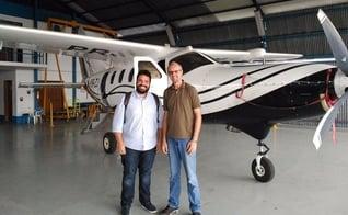 Dr. Edmilson Almeida (ANAJURE) e o Missionário Márcio Rempel, no hangar da agência missionária Missão do Céu (MDC), em Manaus/AM - Imprensa ANAJURE.