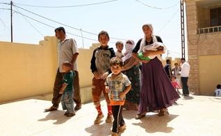 Famílias deslocadas fugem da violência na cidade iraquiana de Sinjar, a oeste de Mosul, chegam à província de Dohuk. (Foto: Reuters / Ari Jalal)