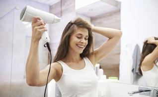 Saiba como fazer do secador de cabelo um aliado. (Foto: Anna Bizon/Westend61/gpointstudio)