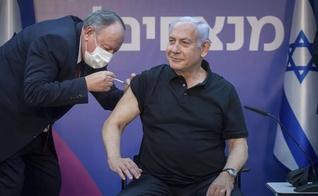 Primeiro-ministro de Israel, Benjamin Netanyahu, recebe segunda dose da vacina da Pfizer-BioNTech contra a Covid-19 no dia 9 de janeiro. (Foto: Miriam Elster /Pool Photo via AP)