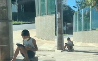 Nícolas lendo a Bíblia na calçada. (Foto: Reprodução / Instagram)