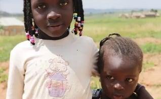 Esther e Joy perderam o pai e a irmã caçula e agora vivem pelo esforço e fé da mãe. (Foto: Portas Abertas)