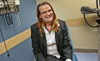 """Laura Bethany Buchleiter, que se identifica como mulher, foi ordenada como """"pastor transgênero"""" por uma congregação batista de Indiana. (Foto: Kelly Wilkinson/Indystar)"""