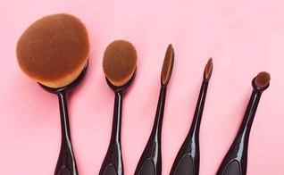 Os pincéis-escova foram desenvolvidos para facilitar a automaquiagem. (Foto: Divulgação)