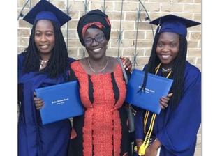 Rebeca e duas das garotas que ingressaram na Universidade americana. (Foto: EMCI).