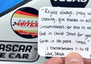 Bilhete com reflexão bíblica que Dale Earnhardt Jr. carregou em seu carro durante uma das corridas. (Foto: Twitter)