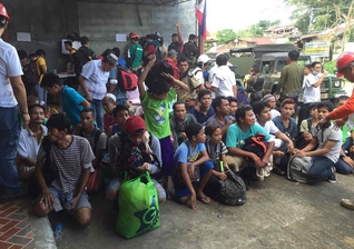 Cerca de 50 mil pessoas ainda vivem em abrigos temporários. (Foto: Chiara Zambrano, ABS-CBN News).