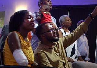 Kayleigh, que perdeu seus membros, e seu marido, Ramon, em um culto de boas-vindas para ela na igreja. (Foto: Joe Cavaretta/Sun Sentinel)