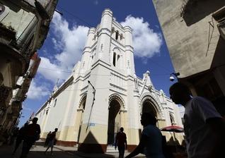As pessoas andam perto da Igreja de Nossa Virgem da Caridade, em Havana, Cuba. (Foto: Reuters/Desmond Boylan)